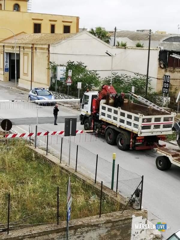 Marsala, autocarro incastrato al passaggio a livello (1)