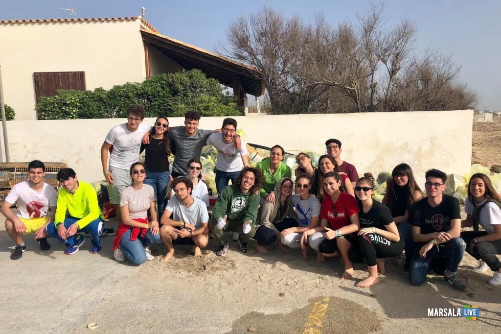 Marsala, gruppo di giovani ripulisce litorale (1)