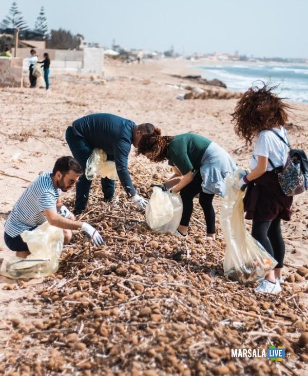 Marsala, gruppo di giovani ripulisce litorale (2)
