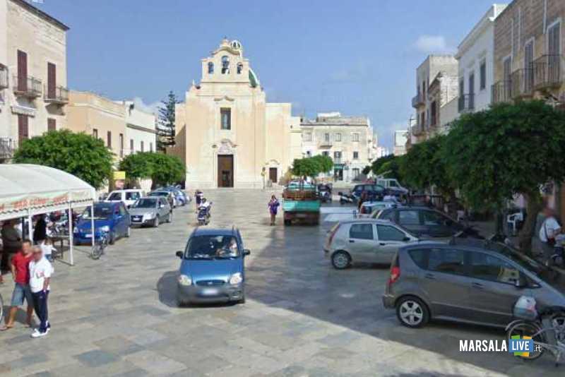 favignana-piazza-auto