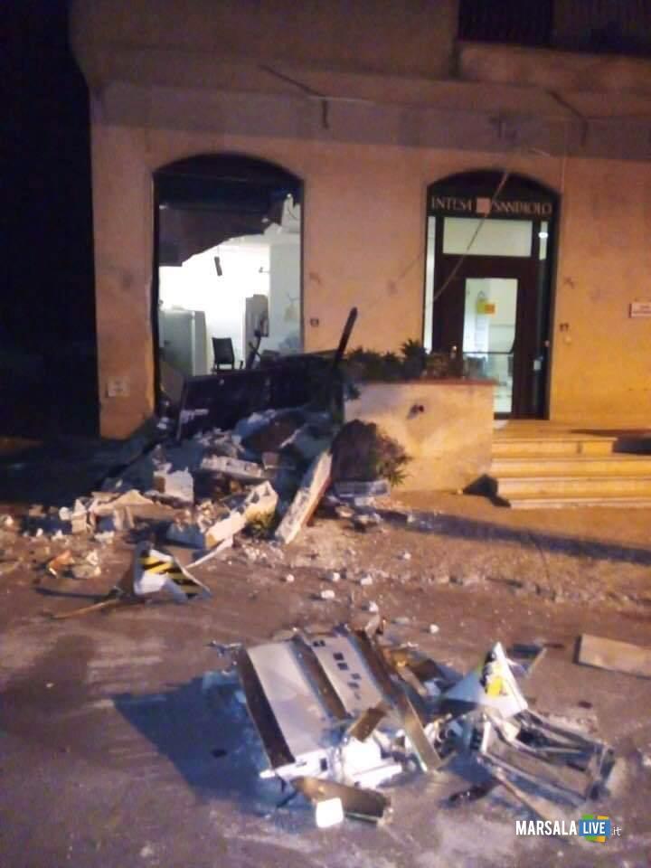 Marsala, escavatore scardinano bancomat banca a Paolini (2)