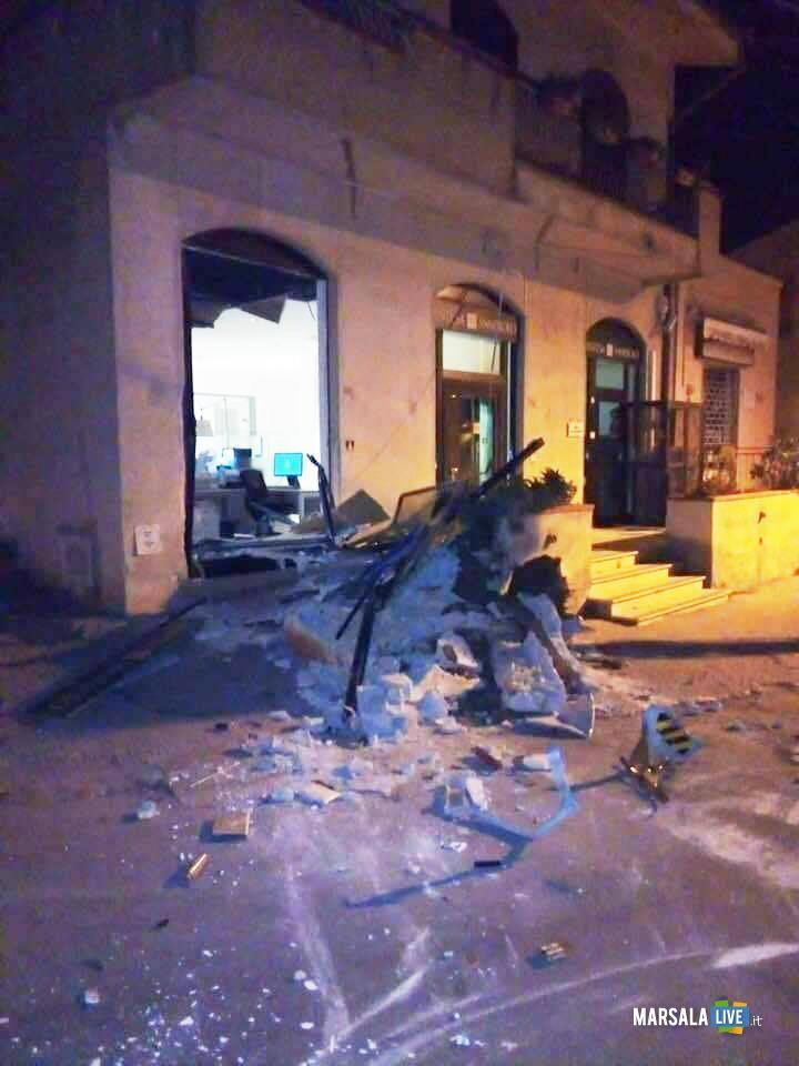 Marsala, escavatore scardinano bancomat banca a Paolini (3)