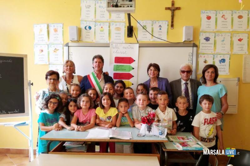 1 inizio nuovo anno scolstico 2019_sindaco Castiglione e assessore Accardo incontrano alunni
