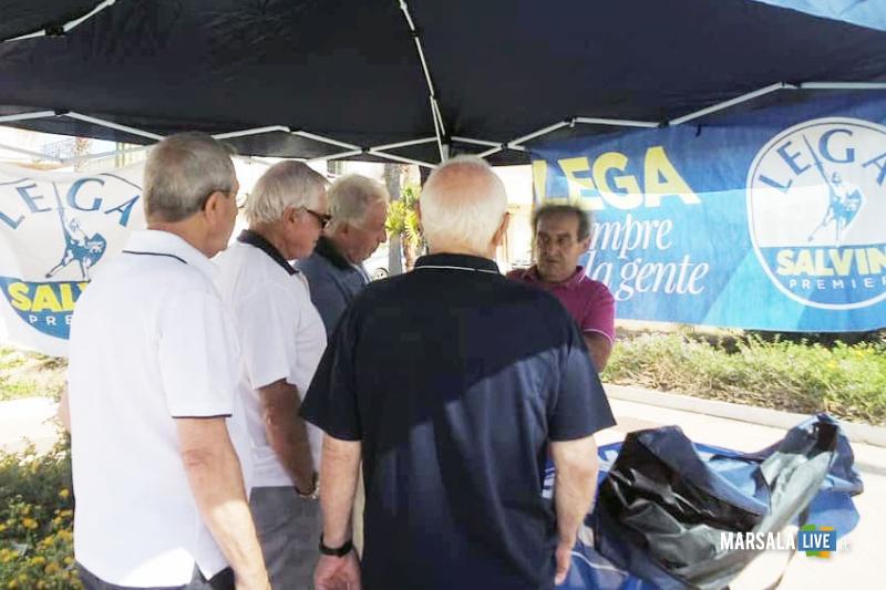 Cittadini al gazebo della Lega di sabato 7 settebre a Strasatti