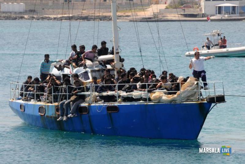 migranti, barca, mare