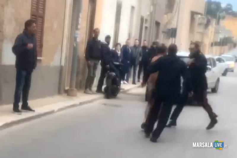 Erice, Nudo in strada aggredisce i carabinieri (1)