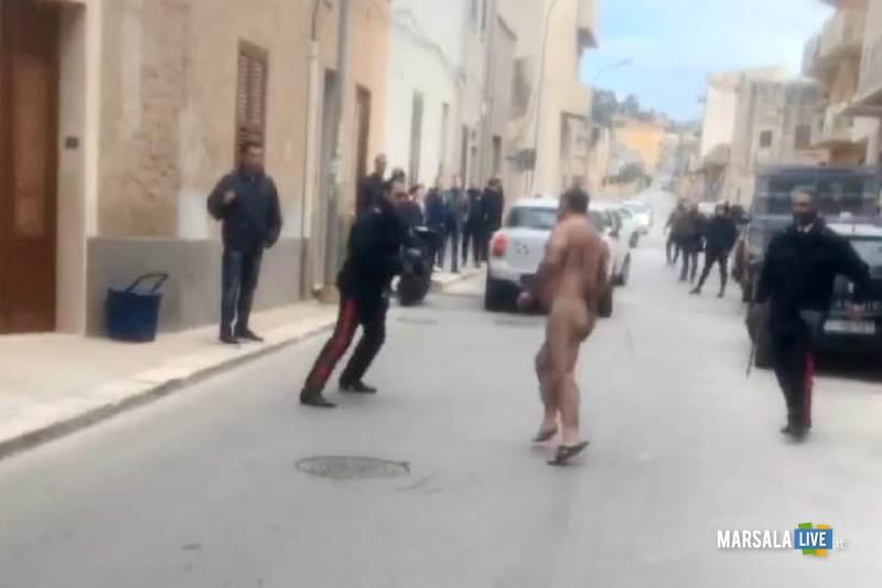 Erice, Nudo in strada aggredisce i carabinieri (2)