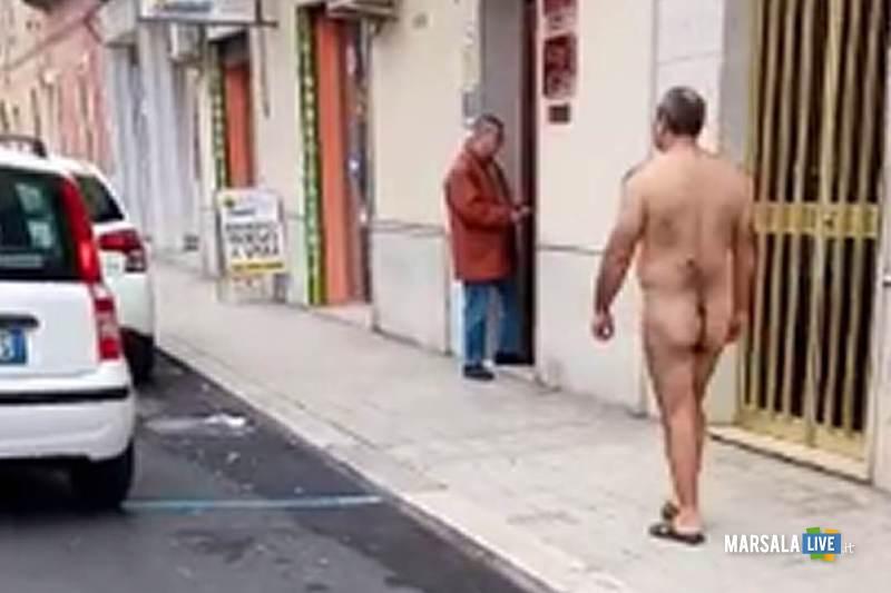 Erice, Nudo in strada aggredisce i carabinieri.