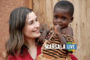 Claudia Koll con un bambino aiutato dalla onlus da lei fondata