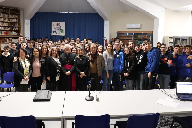 Vescovo Istituto Amico con DS e studenti
